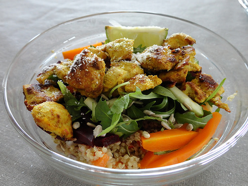 Quinoa, spicy chicken and arugula salad